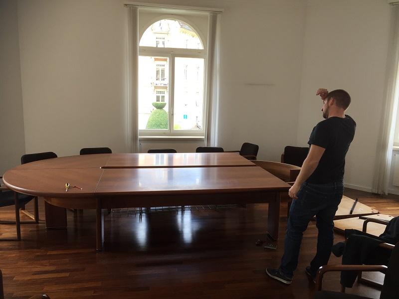 Der alte Meetingtisch wird abgebaut